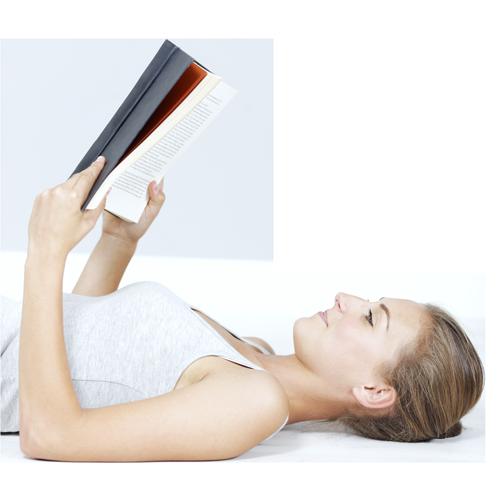 Ragazza distesa con un libro